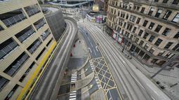 Foto yang diabadikan pada 5 November 2020 ini menunjukkan jalanan yang kosong di Manchester, Inggris. Inggris memasuki karantina wilayah (lockdown) selama sebulan mulai Kamis (5/11) untuk meredam merebaknya kembali penularan virus corona. (Xinhua/Jon Super)