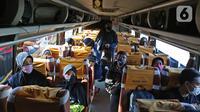 Calon penumpang berada di dalam bus di Terminal Jatijajar, Depok, Jawa Barat, Senin (6/7/2020). Terminal tipe A tersebut kembali mengoperasikan layanan bus Antar Kota Antar Provinsi (AKAP) dengan menerapkan protokol kesehatan. (Liputan6.com/Herman Zakharia)