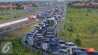 Ribuan kendaraan terjebak kemacetan di pintu tol Brebes Timur, Jawa Tengah, Minggu (3/7).Diperkirakan antrean kendaraan akan terus meningkat melihat Lebaran hanya tersisa beberapa hari lagi. (Liputan6.com/Angga Yuniar)