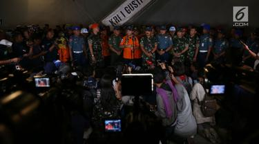 Kabasarnas Marsekal Madya M Syaugi bersama Panglima TNI Marsekal Hadi Tjahjanto memberi keterangan pers terkait perkembangan pencarian Lion Air JT 610 di Pelabuhan JICT 2 Tanjung Priok, Jakarta, Rabu (31/10). (Merdeka.com/Imam Buhori)