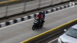 Pengendara sepeda motor melintasi jalur bus Transjakarta di Jalan Gunung Sahari, Jakarta, Kamis (27/12). Selain melanggar hukum, perilaku buruk pemotor tersebut juga dapat membahayakan keselamatan. Liputan6.com/Immanuel Antonius