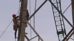 Aktivitas pekerja di ketinggian guna melakukan peremajan menara sutet di kawasan Karang Tengah, Kota Tangerang, Banten, Jumat (8/1/2021). BPJamsostek mencatat telah jumlah kecelakaan kerja di Indonesia pada tahun 2020 yaitu mencapai 129.305 kasus. (Liputan6.com/Angga Yuniar)