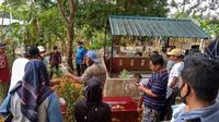 Pihak keluarga Abdul Hamid sedang menguburkan sisa jenazah yang sudah terlanjur dikremasi di Tempat Pemakaman Umum Air Raja. (Liputan6.com/ Ajang Nurdin)
