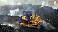 Sebuah bulldozer sedang bekerja di antara timbunan batubara yang asapnya mengepul (Liputan6.com/ Panji Diksana)