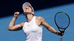 Petenis Rumania, Simona Halep bergembira setelah berhasil mengalahkan Anett Kontaveit dari Estonia pada perempat final  kejuaraan tenis Australia Terbuka di Melbourne, Australia (29/1/2020). Simona Halep menang mudah 6-1, 6-1. (AP Photo/Andy Wong)