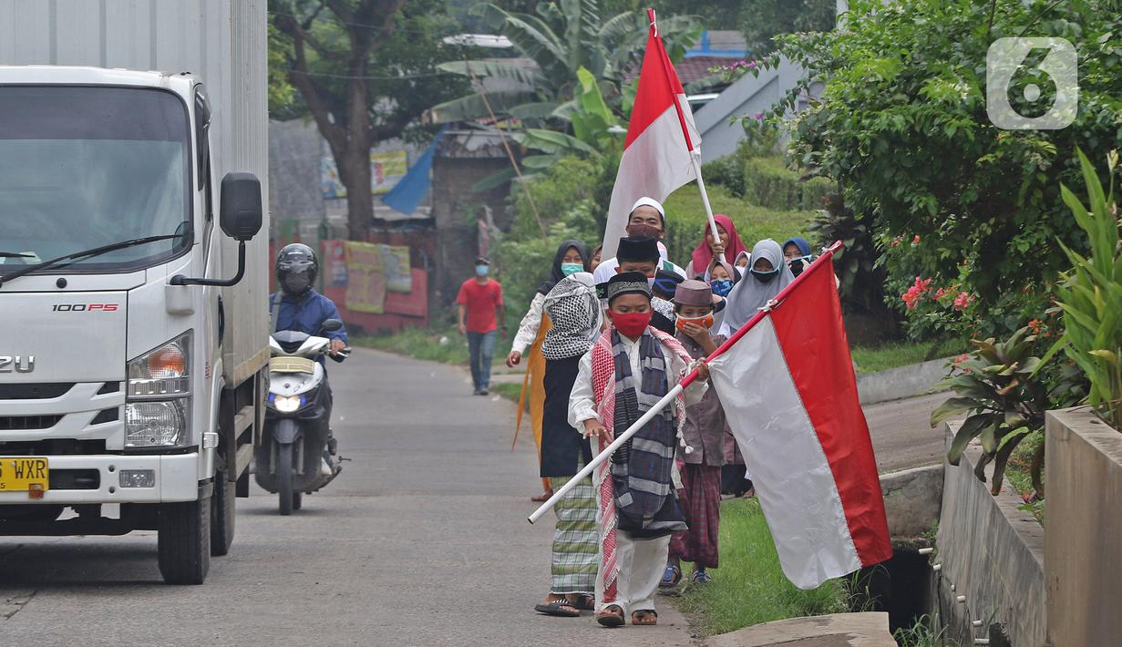 Sejumlah anak pengajian melakukan pawai di Jalan Raya Tapos, Depok, Jawa Barat, Kamis (22/10/2020). Pengajian Kampung Tapos menggelar pawai menyambut Hari Santri Nasional 2020 yang diperingati setiap tanggal 22 Oktober. (Liputan6.com/Herman Zakharia)