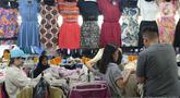 Warga memilih pakaian impor bekas impor di Pasar Baru Metro Atom, Jakarta, Jumat (6/12/2019). Di tengah ramainya produk pakaian baru baik lokal maupun internasional pakaian bekas impor yang dijual di kios-kios pasar masih banyak peminatnya di berbagai kalangan. (merdeka.com/Imam Buhori)