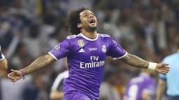 1. Marcelo – Bek Timnas Brasil ini merupakan pemain yang aktif membuat konten YouTube. Punggawa Real Madrid ini sering berbagi tentang kegiatannya di luar lapangan. (AP/Dave Thompson)