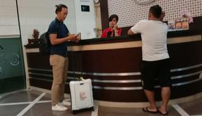 Rivki Mokodompit tiba di hotel tempat menginap skuat Persebaya di kawasan Sleman, Yogyakarta. Kedatangan Rivki menguatkan rumor ia bakal bergabung dengan Persebaya pada Liga 1 2020. (Bola.com/Aditya Wany)