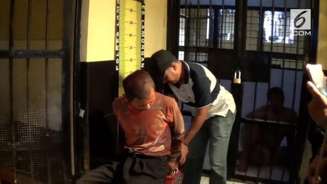 Seorang pemuda diduga stres di kabupaten Lamongan, Jawa Timur, dihajar santri dan warga, karena mengamuk dan mengejar pengasuh pondok pesantren hingga terjatuh dan terluka