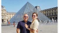 Irwan Mussry dan Maia Estianty pose di depan Museum Louvre, Prancis. (dok. Instagram @maiaestiantyreal/https://www.instagram.com/p/BzPgf27HZBo/Putu Elmira)
