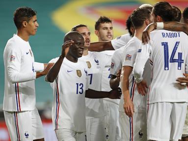 Gelandang Prancis N'Golo Kante berselebrasi setelah mencetak gol ke gawang Portugal pada babak penyisihan Liga A Grup 3 UEFA Nations League di Estadio da Luz, Lisbon, Minggu (15/11/2020) dinihari WIB. Prancis lolos ke semifinal usai mengalahkan tim kandang Portugal 1-0. (AP Photo/Armando Franca)
