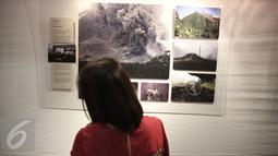 Pengunjung memperhatikan karya foto pada pameran foto Anugerah Pewarta Foto Indonesia (APFI) ke-VI di Gedung De Vries, Bandung, Sabtu (9/4). APFI 2016 memamerkan 25 foto tunggal dan tiga foto seri terbaik sepanjang  2015. (Liputan6.com/Faizal Fanani)