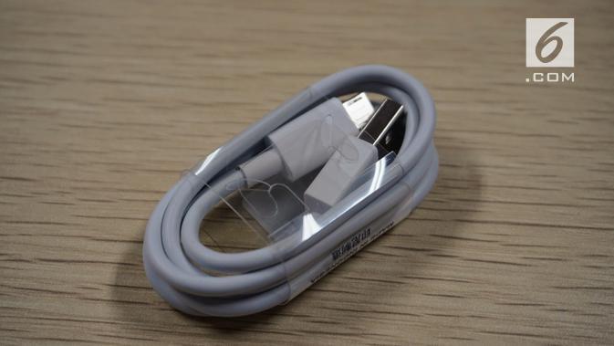 Kabel USB micro untuk mengisi daya Redmi Go (Liputan6.com/ Agustin Setyo W)