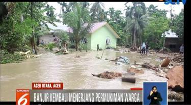 Personil TNI dari Koramil syamtaliran Aron terus bersiaga untuk membantu membersihkan puing-puing sisa banjir dan memperbaiki rumah warga.