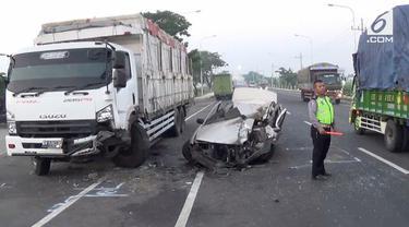 Sebuah kecelakaan terjadi di Tangerang,. Mobil sedan menabrak truk yang sedang parkir.