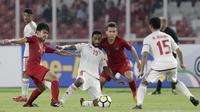Pemain Indonesia, Lutfi Kamal dan Egy Maulana Vikri, berusaha merebut bola dari pemain Uni Emirat Arab (UEA) pada laga AFC di SUGBK, Jakarta, Rabu (24/10/2018). Indonesia menang 1-0 atas UEA. (Bola.com/M Iqbal Ichsan)