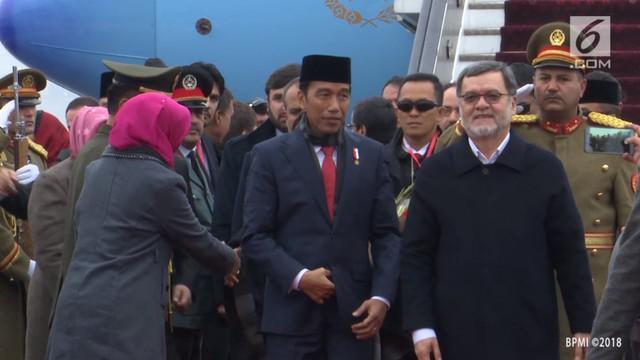 Presiden Jokowi tiba di Afghanistan dengan sambutan hujan salju.