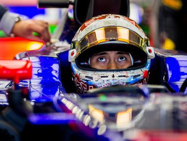 Pebalap Indonesia, Sean Gelael dari Scuderia Toro Rosso menanti giliran pada sesi latihan bebas  F1 GP Mexico di Autodromo Hermanos Rodriguez, (27/10/2017). Sean menempati urutan ke-17. (Peter Fox/Getty Images/AFP)