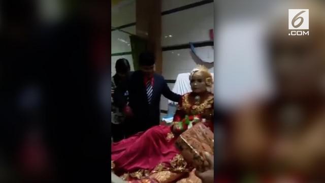 Jika biasanya pernikahan digelar di sebuah gedung, beda halnya dengan pasangan yang satu ini. Keduanya melangsungkan pernikahan di rumah sakit karena sang wanita mengalami lumpuh di bagian kaki.