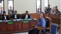 Pengusaha nasional Tomy Winata menjadi saksi di Pengadilan Negeri (PN) Denpasar dalam kasus penggelapan dan keterangan palsu dengan terdakwa Harjanto Karijadi. (Liputan6.com/Dewi Divianta)