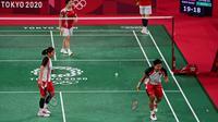 Pasangan Indonesia terus memimpin di setengah gim kedua. Meski Greysia Polii harus berganti raket di tengah permainan, pasangan peringkat keenam dunia ini mampu akhiri pertandingan dengan skor 21-15. (Foto: AFP/Pedro Pardo)