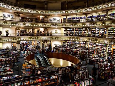 """Pemandangan toko buku """"El Ateneo Grand Splendid"""" di Buenos Aires, Argentina pada Rabu (9/1). El Ateneo Grand Splendid adalah bangunan yang besar dan megah bekas gedung teater pada awal abad ke-20. (RONALDO SCHEMIDT / AFP)"""