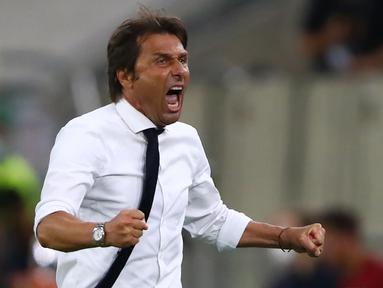 Pelatih Inter Milan, Antonio Conte, merayakan kemenangan timnya saat menghadapi Bayer Leverkusen pada perempat final Liga Europa di Duesseldorf Arena, Jerman, Selasa (11/8/2020) dini hari WIB. Antonio Conte sukses membawa Inter Milan ke semi final Liga Europa. (AFP/Dean Mouhtaropoulos/pool)
