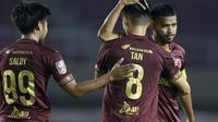 Ekspresi para pemain PSM Makassar setelah takluk dari PSS Sleman pada perebutan peringkat ketiga Piala Menpora 2021 di Stadion Manahan, Solo, Sabtu (24/4/2021). (Bola.com/Muhammad Iqbal Ichsan)