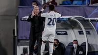 Pelatih Real Madrid Zinedine Zidane dalam laga melawan Liverpool pada leg pertama perempat final Liga Champions di Alfredo di Stefano stadium, 6 April 2021. (AP Photo/Bernat Armangue)
