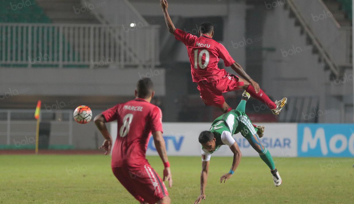 Aksi pemain Semen Padang, Vendri Mofu berebut bola dengan pemain PS TNI pada lanjutan Torabika SC 2016 di Stadion Pakansari, Bogor, Minggu (23/10/2016). (Bola.com/Nicklas Hanoatubun)