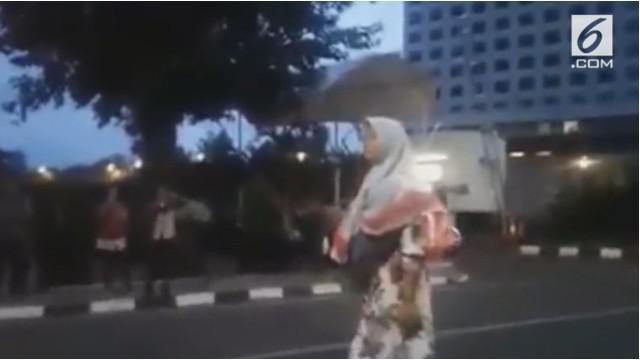 Seorang wanita misterius berteriak didepan gedung KPK, ia mengaku bahwa zumi zola adalah abangnya.