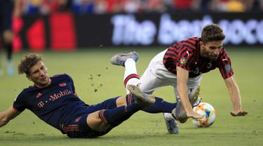 Penyerang AC Milan, Fabio Borini (kanan) terjatuh usai dilanggar gelandang Bayern Munchen, Leon Goretzka selama pertandingan International Champions Cup 2019 di Kansas City, Amerika Serikat (24/7/2019). AC Milan kalah tipis 1-0 atas Munchen berkat gol Leon Goretzka. (AP Photo/Orlin Wagner)
