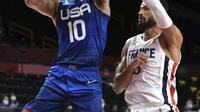 Pebasket AS Jayson Tatum dan pebasker Prancis Timothe Luwawu Kongbo (kanan) selama pertandingan bola basket penyisihan grup A putra antara Prancis dan AS selama Olimpiade Tokyo 2020 di Saitama Super Arena di Saitama pada 25 Juli 2021. (Aris MESSINIS / AFP_
