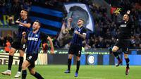 Pemain Inter Milan, Mauro Icardi (dua kanan) bersama rekan-rekannya merayakan kemenangan atas AC Milan pada laga Serie A di Stadion San Siro, Milan, Italia, Minggu (21/10). Gol tunggal Icardi membawa Inter menang atas AC Milan. (AP Photo/Antonio Calanni)