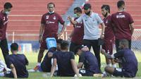 Para pemain Persik Kediri mendapatkan instruksi dari pelatih Joko Susilo. (Bola.com/Gatot Susetyo)
