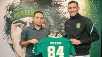 Pemain asing baru Persebaya Surabaya, Jose Wilkson, saat memamerkan nomor punggung yang akan dikenakannya bersama Bajul Ijo. (Dok. Persebaya)