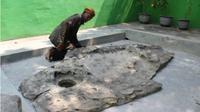 Warno Sudarso (77) menunjukkan batu yang diyakini petilasan Sunan Kalijaga di Dukuh Sepi, Desa Barepan, Cawas, Klaten. (Solopos/Taufi1 Sidik Prakoso)