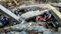 Tembok roboh SMK N 2 Bawang, Banjarnegara merusak tujuh sepeda motor siswa. (Liputan6.com/BPBD BNA/Muhamad Ridlo)