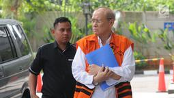 Direktur PT Cahaya Prima Cemerlang, Freddy Lumban Tobing (kanan) tiba di Gedung KPK, Jakarta, Senin (8/7/2019). Freddy diperiksa sebagai tersangka terkait dugaan korupsi pengadaan dan penanganan virus flu burung di Kementerian Kesehatan. (merdeka.com/Dwi Narwoko)