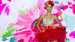 Seorang model mengenakan busana koleksi Spring /Summer 20 rancangan Andres Sarda 17 di Madrid Fashion Week di Madrid, Spanyol, (16/9). (AFP Photo/Belen Diaz)