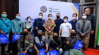 Menteri Pariwisata dan Ekonomi Kreatif (Menparekraf)  Sandiaga Salahuddin Uno beri bantuan di sejumlah lokasi ekowisata di kawasan Cisarua, Jawa Barat, Minggu (18/10/2021)