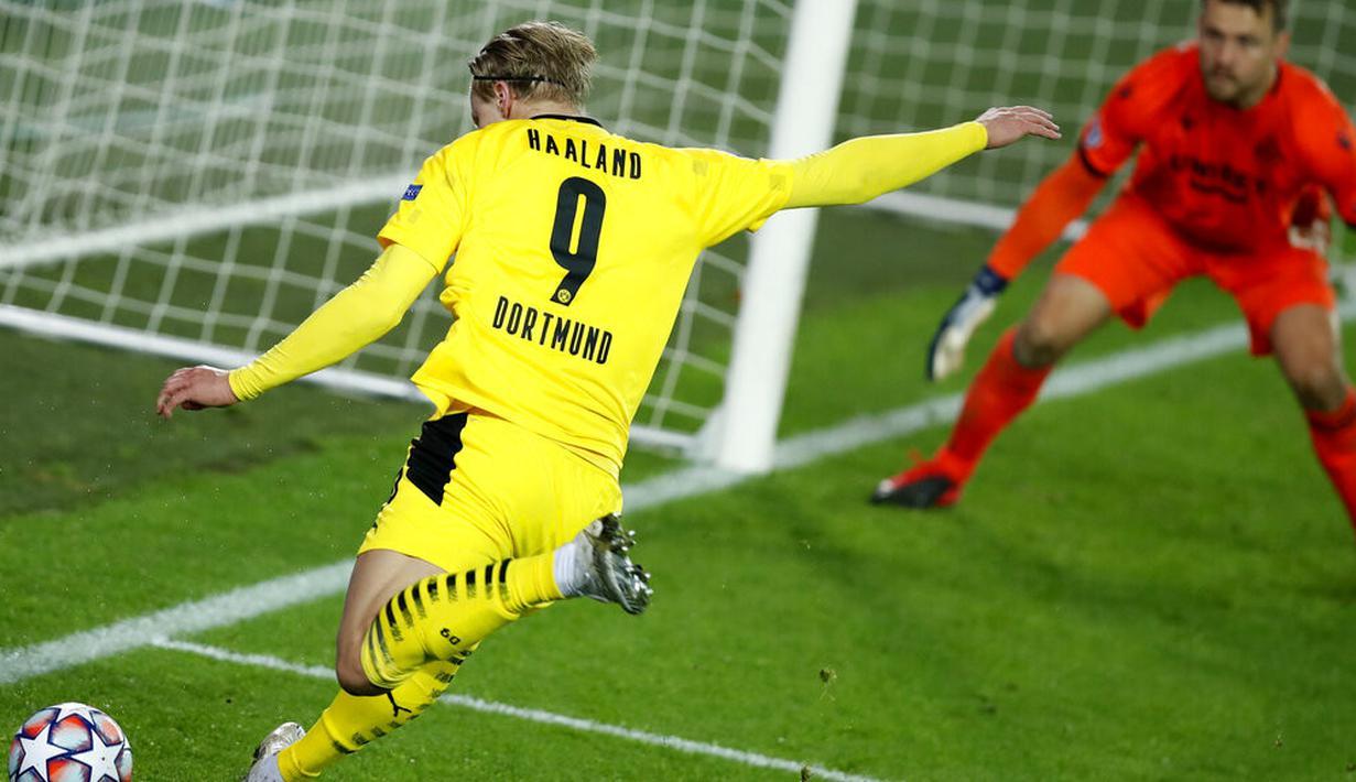Pemain Borussia Dortmund Erling Haaland bersiap untuk melakukan tembakan ke gawang Brugge pada pertandingan Grup F Liga Champions di Stadion Jan Breydel, Bruges, Belgia, Rabu (4/11/2020). Dortmund menang 3-0, Erling Haaland mencetak dua gol. (AP Photo/Francisco Seco)