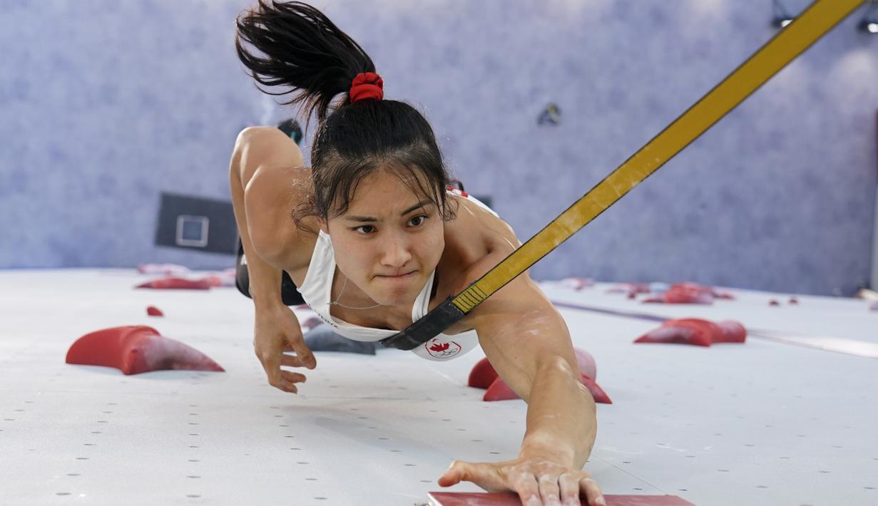 Atlet panjat tebing Kanada Alannah Yip saat kualifikasi kecepatan kompetisi panjat tebing putri Olimpiade Tokyo 2020 di Tokyo, Jepang, Rabu (4/8/2021). (AP Photo/Tsuyoshi Ueda/Pool Photo via AP)