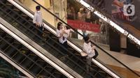Pengunjung turun menggunakan eskalator di Lippo Mall Kemang, Jakarta, Jumat (2/7/2021). Penutupan operasional gedung pusat perbelanjaan sebagai langkah pembatasan kegiatan masyarakat dalam upaya Pemerintah menekan angka penyebaran Covid-19. (Liputan6.com/Angga Yuniar)