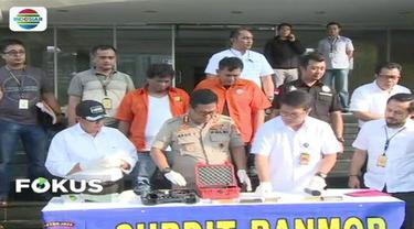 Polisi menetapkan dua tersangka atas kasus peluru nyasar di ruang Komisi III DPR RI.