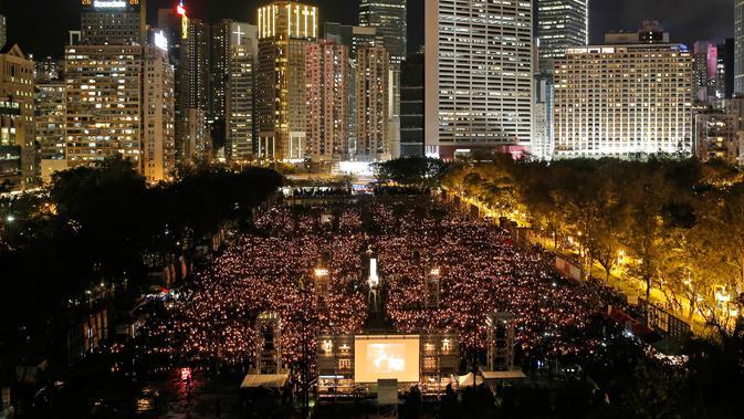 Pemandangan saat ribuan orang berkumpul sambil menyalakan lilin untuk memperingati Insiden Tiananmen di Taman Victoria Hong Kong (4/6). (AP/Vincent Yu)