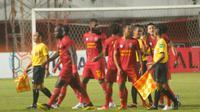 Pemain Kalteng Putra mengerubuti wasit Hamim Tohari kedua asistennya saat laga melawan PSS di Stadion Maguwoharjo, Sleman, Minggu (7/7/2019). (Bola.com/Vincentius Atmaja)