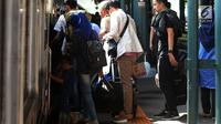Sejumlah calon penumpang berusaha masuk ke dalam kereta di Stasiun Gambir, Jakarta, JumaKt (31/5/2019). H-5 Lebaran, pemudik mulai memadati Stasiun Gambirdimana Lonjakan penumpang kereta api tujuan berbagai kota di Pulau Jawa diprediksi terjadi pada 31 Mei dan 1 Juni 2019. (merdeka.com/Imam Buhori)