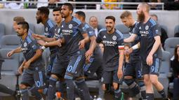 Foto pemain depan  New York City, David Villa (ketiga kanan) saat berselebrasi dengan rekan-rekannya usai mencetak gol ke gawang Los Angeles FC di Banc of California Stadium di Los Angeles, California 13 Mei 2018. Di klub ini Villa tetap mengenakan nomor punggung 7. (Harry How/Getty Images/AFP)